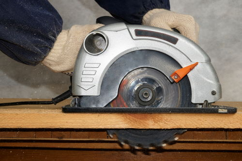 demonstration of proper cutting technique to prevent binding